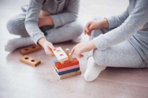 Niños jugando con juguetes geométricos