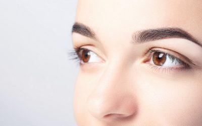 mujer-hermosas-cejas-close-up-sobre-fondo-claro-espacio-copia_100739-201